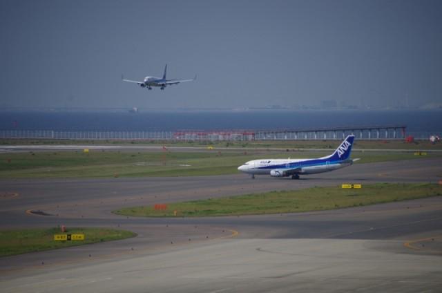 出発するANA機と到着するANA機